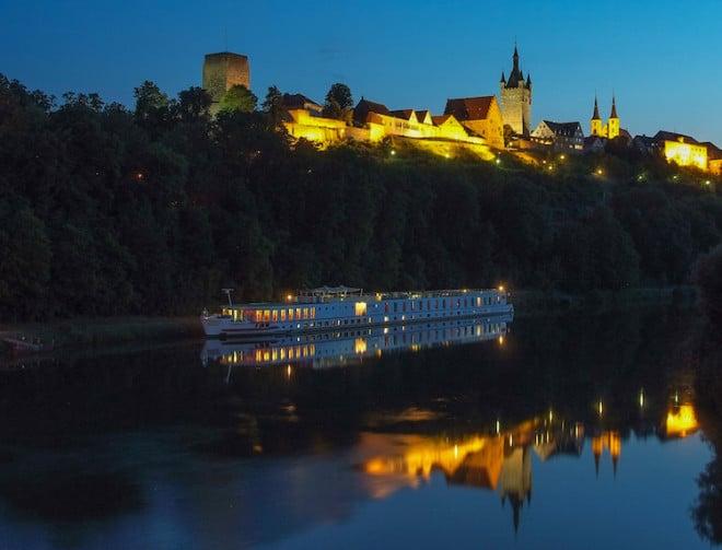 Malerisch schön: Auch mit Blick vom Neckar versprüht die Kaiserpfalz Wimpfen einen ganz besonders romantischen Charme. (Foto: epr/Bad Wimpfen)