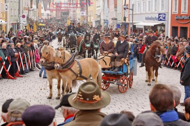 Hunderte von festlich geschmückten Pferden und Gespannen mit ihren Reitern winden sich durch die Straßen der Ellwanger Innenstadt. Foto: djd/Stadt Ellwangen