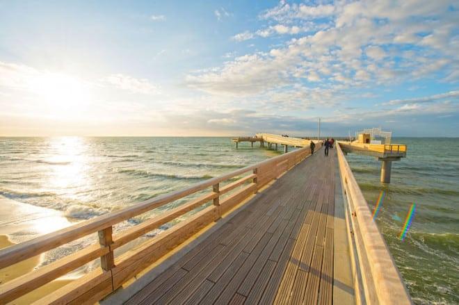 Die neue Erlebnis-Seebrücke in Heiligenhafen verspricht einen weiten Blick über die Ostsee. Foto: djd/HVB/Tourismus-Service Heiligenhafen