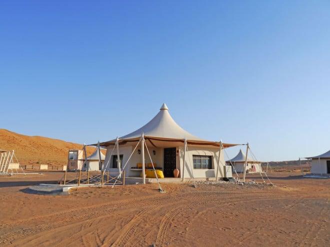 Camp in der Wüste Wahiba Sands: Für den Sonnenuntergang kann man auf eine einsame Düne klettern, um das einzigartige Farbenspiel bei absoluter Ruhe zu genießen. Foto: djd/Abendsonne Afrika