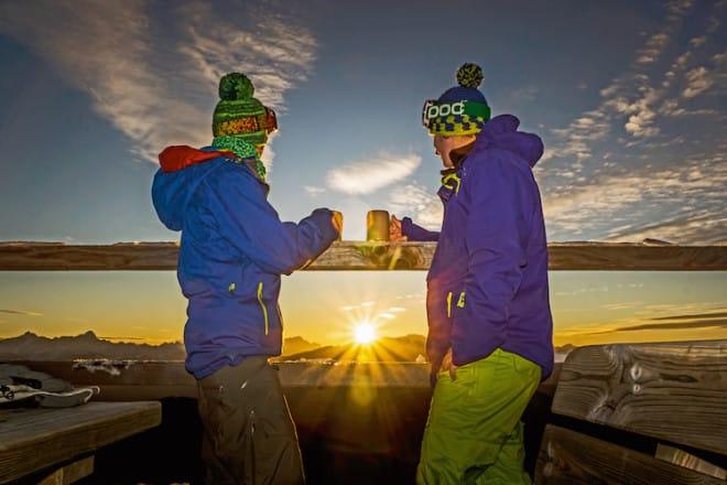 Geht die Sonne am Abend unter, lässt sich dieses romantische Schauspiel am besten mit einem Heißgetränk in der Hand von einer urigen Skihütte aus genießen. (Foto: epr/Region Villach Tourismus/Johann Kopf)
