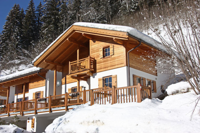 Genug Platz für alle: Ferienhäuser im Schnee für vier bis 50 Personen gibt es in Österreich in großer Auswahl. Foto: djd/www.belvilla.de