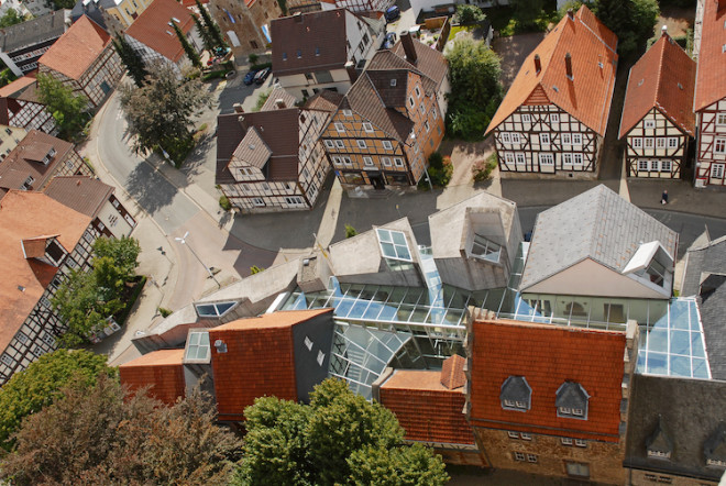 Das gläserne Dach des Korbacher Museums verbindet Tradition und Moderne auf ganz spezielle Weise. (Foto: epr/Touristik Service Waldeck-Ederbergland GmbH)