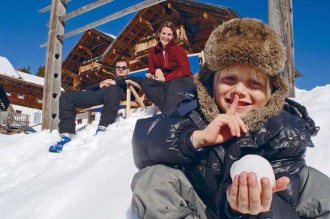 Schneeabenteuerland: Die Großen genießen die Sonne und die sagenhafte Aussicht und die Kleinen? Na, die genießen den Spaß im Schnee! (Foto: epr/Osttirol Werbung/Profer & Partner)