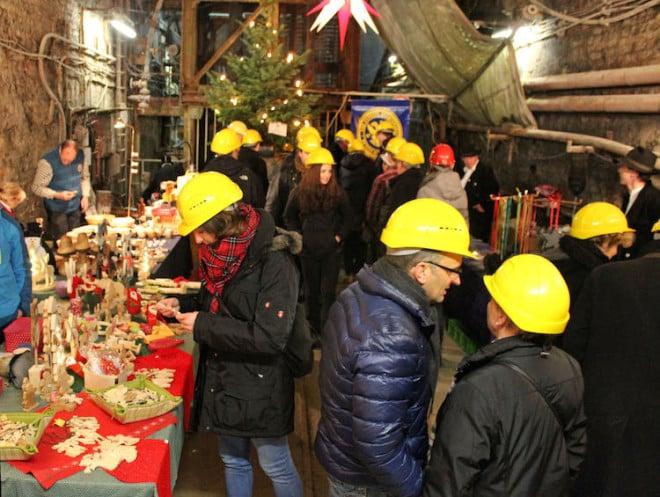 Mal etwas ganz anderes: Im Goslarer Besucherbergwerk Rammelsberg liegt der Weihnachtsmarkt in einem alten Stollen unter Tage. Foto: djd/TourismusMarketing Niedersachsen