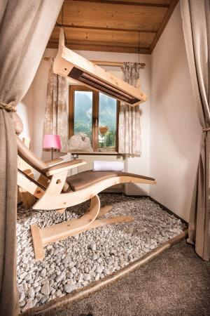 """Die Wellness-Suiten im Hotel """"Bayern-Resort"""" verfügen über eine eigene Infrarotkabine mit Zirbenliege. Foto: djd/Bayern-Resort"""