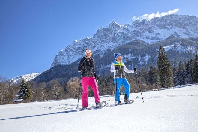 Am Fuße der Zugspitze warten intensive Naturerlebnisse auch abseits der Pisten, etwa bei einer Schneeschuhwanderung. Foto: djd/Tourist-Information Grainau