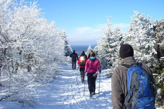 Winterwanderer erwartet rund um Osterode ein kilometerlanges Wegenetz, das mit Walkingstöcken und gutem Schuhwerk gut zu belaufen ist. Foto: djd/Touristinformation Osterode am Harz