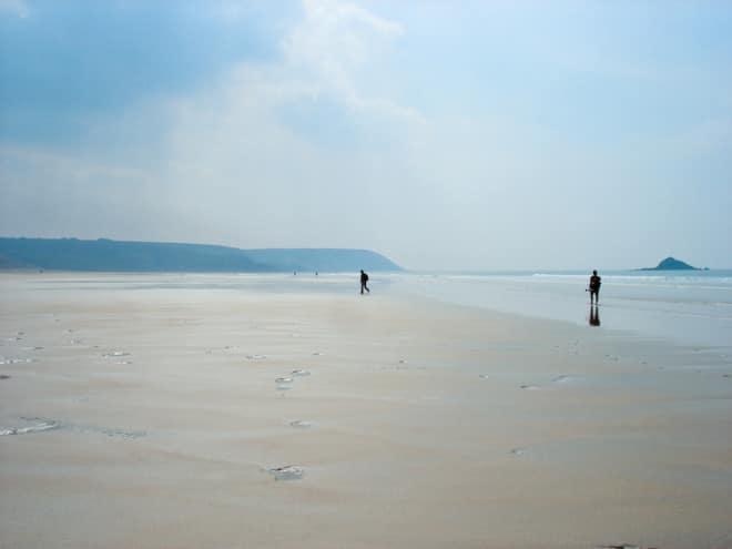 Warum in die Ferne schweifen? Bei einer Strandwanderung in der Bretagne lässt sich der Alltag wunderbar vergessen. (Foto: epr/inselzeitreisen)
