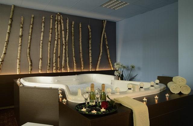 Ein angenehmes Kräuterbad kann erste Erkältungssymptome lindern. (bfs / The Monarch Hotel)