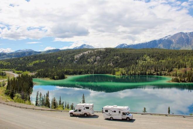 Urlaub mit Wow-Effekt: Der Emerald Lake im kanadischen Yukon ist definitiv einen Halt wert. (Foto: epr/SeaBridge)