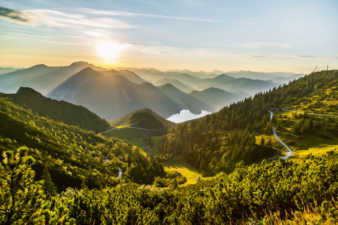 Auf zahlreichen Wanderwegen finden Besucher die Gelegenheit, die einzigartige Bergwelt rund um Kochel- und Walchensee zu erkunden. (Foto: epr/Tourist Information Walchensee)
