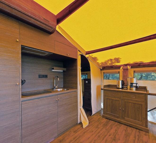 Das ist Glamping! Die vollausgestattete Küche in den SunLodge Safarizelten lässt keine Wünsche offen. (Foto: epr/ACSI)