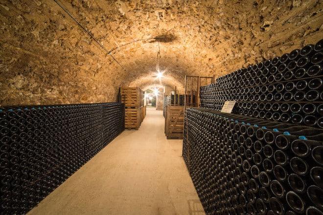 In kilometerlangen Kellergalerien, die die Region Champagne durchziehen, reifen Millionen von perlenden Champagnerschätzen. Foto: djd/Delikatours