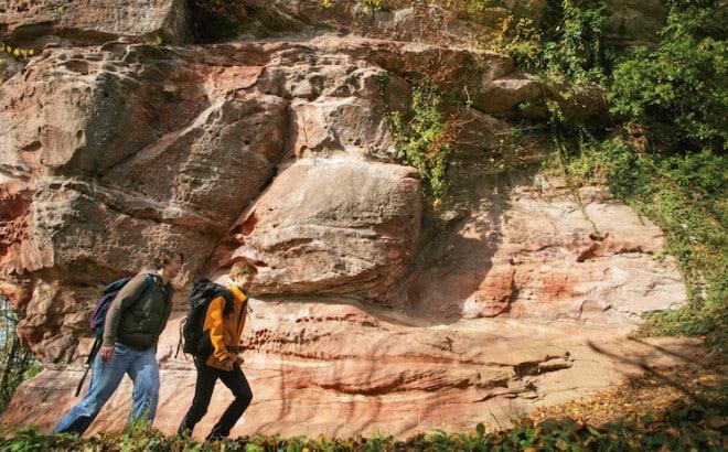 Die imposanten roten Sandsteinfelsen gehören zur einzigartigen Natur im Bad Bergzaberner Land. (Foto: epr/Tourismusverein Südliche Weinstraße Bad Bergzabern)