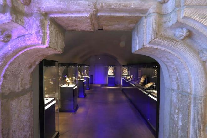 In den Schatzkammern des Doms sind einmalige Kunstwerke des Mittelalters zu sehen. Foto: djd/Halberstadt Information