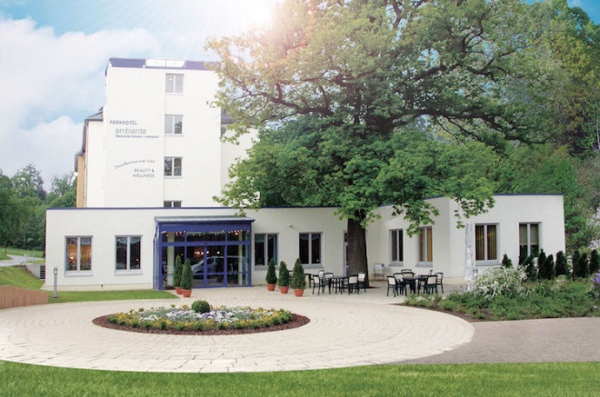 Außenansicht des PARKHOTELs ambiente in Hohnstein im Frühling. Bildquelle: ambiente Wellness Hotel Group.