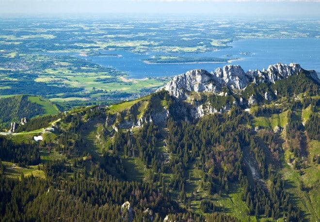 30 Seen und 50 Gipfel - die Region Chiemsee-Alpenland fasziniert durch weite Ausblicke und Erholung am Wasser. Foto: djd/Chiemsee-Alpenland Tourismus
