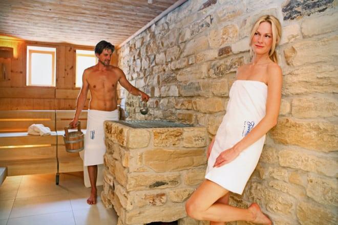 m Jahr 2013 wurde die Therme um eine großzügige Saunalandschaft erweitert. Auf 500 Quadratmetern stehen den Besuchern Tauchbecken, Massageräume und Ruhebereiche zur Verfügung. Das einladende, moderne Ambiente verspricht Entspannung pur. (Foto: epr/Kurverwaltung Bad Griesbach)