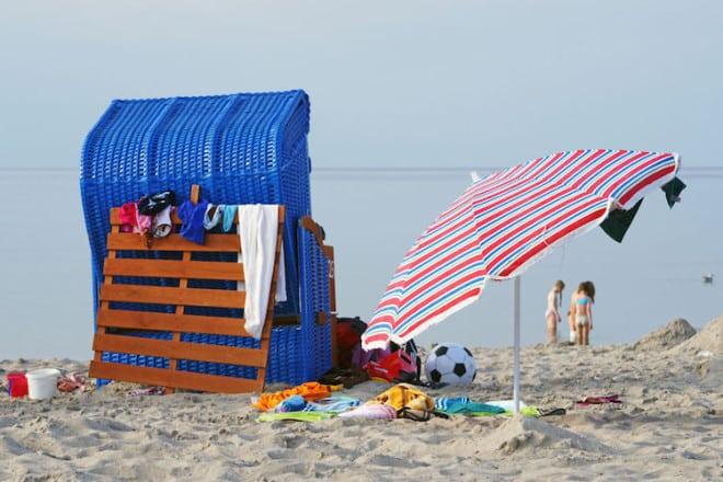 Die Kinder toben im Wasser, die Eltern können sich einfach mal entspannt im Strandkorb zurücklehnen und das süße Nichtstun genießen: So sieht für viele die Idealvorstellung vom Familienurlaub aus. Foto: djd/Seepark Sellin Ferienwohnungen/fotolia.de/Doc RaBe