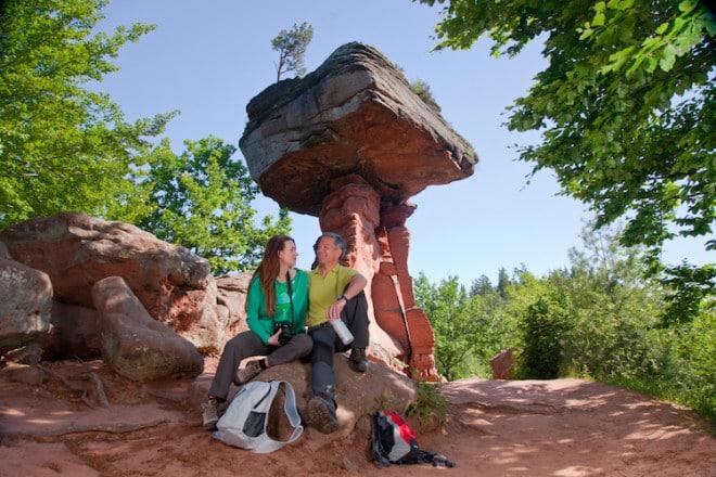 Wer eine kurze Pause am 14 Meter hohen Teufelstisch einlegt, tut dies am Wahrzeichen des Pfälzerwaldes. (Foto: epr/WANDERarena Pfälzerwald-Nordvogesen)