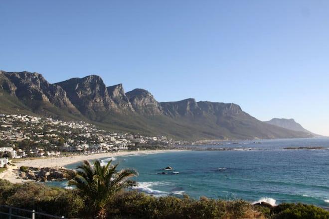 Umgeben vom Atlantik und weißen Sandstränden lockt Kapstadt Reisende aus aller Welt. Foto: djd/Abendsonne Afrika
