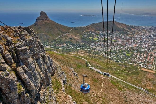 Ein Muss für alle, die Kapstadt zum ersten Mal besuchen, ist eine Wanderung oder Seilbahnfahrt auf den berühmten Tafelberg. Foto: djd/Abendsonne Afrika