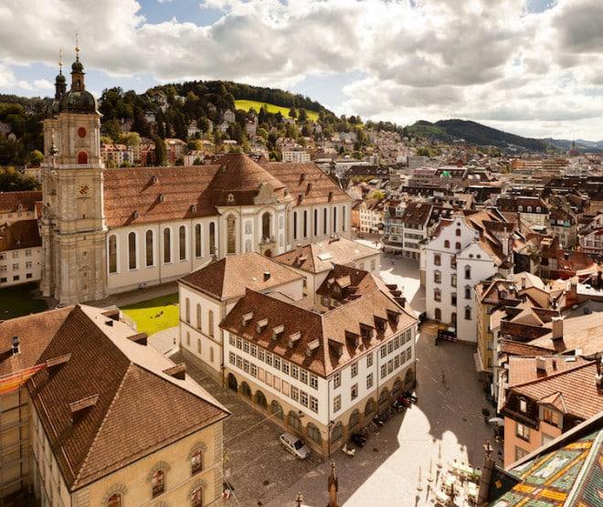 Der Stiftsbezirk in St. Gallen mit Kathedrale und Bibliothek ist Teil des Unesco-Weltkulturerbes. Foto: djd/St. Gallen-Bodensee Tourismus