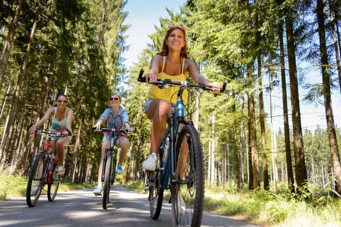 Bei einer Radreise kann im Urlaub der Bewegungsdrang ausgelebt werden. Foto: © CandyBox Images - Shutterstock.com