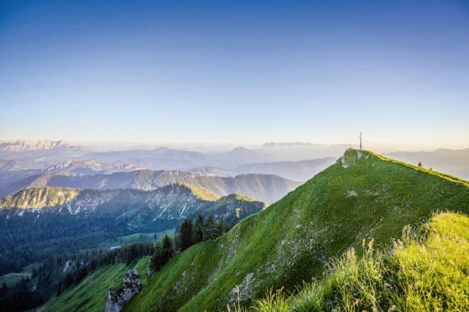 Ein unvergleichlicher Anblick! Hoch oben auf den Berggipfeln im Chiemgau stellt sich das Gefühl von grenzenloser Freiheit ein. (Foto: epr/Chiemgau Tourismus)