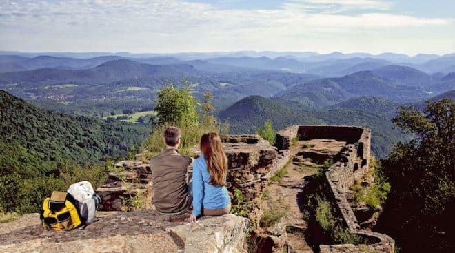 Zu jeder Jahreszeit ein Genuss: Von der Wegelnburg haben Wanderer einen tollen Blick auf das größte zusammenhängende Waldgebiet Mitteleuropas. (Foto: epr/WANDERarena Pfälzerwald-Nordvogesen)
