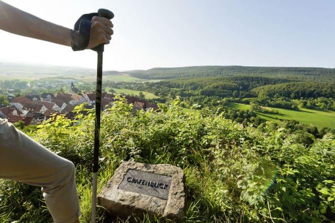 Der sogenannte Grafenblick macht mit der Fernsicht auf die sanft geschwungene Landschaft der Urlaubsregion Teutoburger Wald seinem Namen alle Ehre. Foto: djd/Teutoburger Wald Tourismus/A. Hub