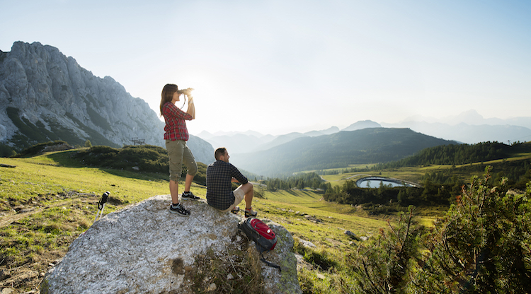 Der Weg ist das Ziel – Beim grenzüberschreitenden Panoramawandern über österreichisches und italienisches Terrain gibt es einiges zu entdecken. An klaren Tagen kann man sogar bis auf die obere Adria blicken! (Foto: epr/©nassfeld.at)