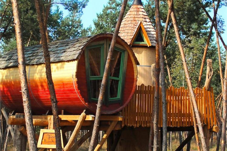 Urig: Ein Fassbaumhaus lädt zum erholsamen Schlummern ein. Foto: djd/Kulturinsel Einsiedel