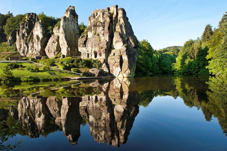 Bis zu 38 Meter hoch sind die Externsteine nahe Horn-Bad Meinberg. Zahlreiche Wanderrouten führen zum Naturdenkmal. Foto: djd/Teutoburger Wald Tourismus