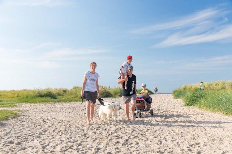 Auf zum Strand! Im Wangerland gibt es großzügig angelegte Strandabschnitte für Hunde. © Wangerland Touristik GmbH