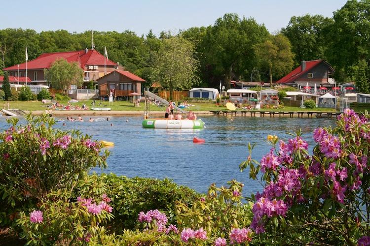 Der direkt am See gelegene Campingplatz bietet Erholung und Wasserspaß für die ganze Familie. (Foto: epr/Tourist-Information Wiefelstede)