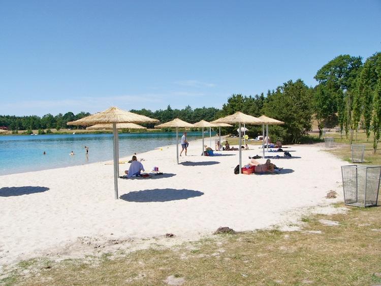 Wie am Meer – nur schöner! An den Badestränden des Bernsteinsees lässt sich der Sommer herrlich genießen. (Foto: epr/Tourist-Information Wiefelstede)