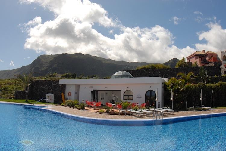 Teneriffa ganz entspannt: Ausgangspunkt aller Programme ist das Hotel Luz del Mar – mit großen Zimmern, gutem Essen, Wellness und viel Platz rund um den solarbeheizten Pool Foto: Wikinger Reisen