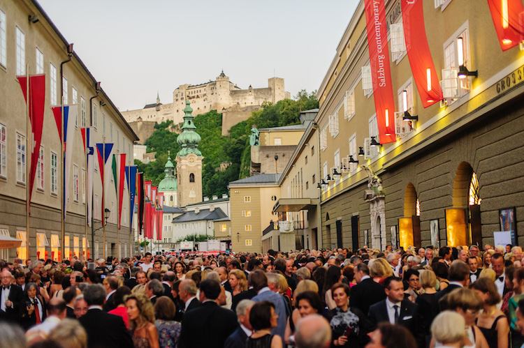 Festspielbesucher in der Hofstallgasse vor dem Großen Festspielhaus. Foto: Tourismus Salzburg