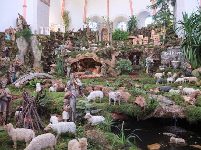 Die Naturwurzelkrippe in der Pfarrkirche Maria Himmelfahrt ist die größte ihrer Art weltweit. Aus diesem Grunde erhielt sie 1998 den Eintrag ins Guiness-Buches der Rekorde. (Foto: epr/Touristik-Verband Wiedtal e.V.)
