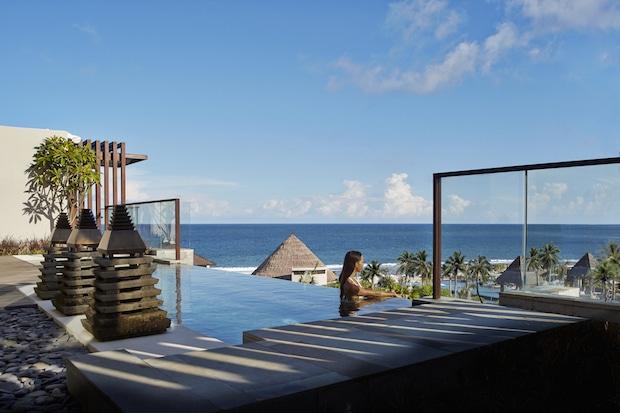 Blick vom Pool der Sky Villa, über das Hotelgelände und den Indischen Ozean_©The Ritz-Carlton, Bali