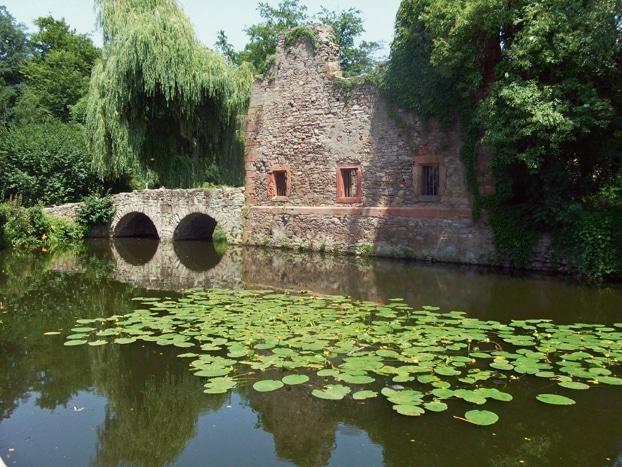Ruinen wie hier im Park Schöntal versprühen einen ganz besonderen Charme. (Foto: epr/Kongress- u. Touristikbetriebe d. Stadt Aschaffenburg/W. Gulder)