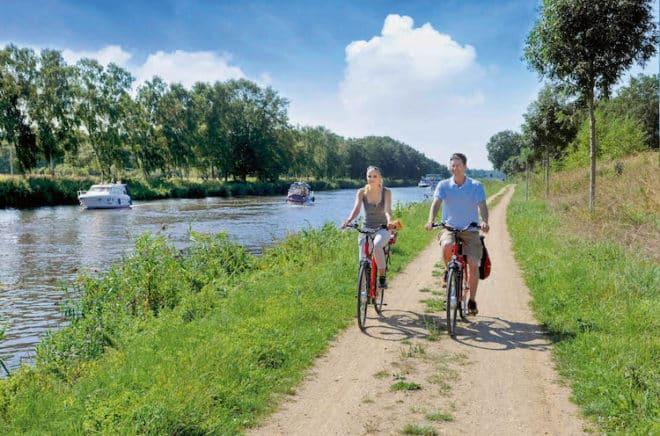 Immer am Wasser: Die Alte Salzstraße führt die Radfahrer von Lüneburg bis nach Lübeck-Travemünde – dabei geht es ab Lauenburg am Elbe-Lübeck-Kanal entlang. (Foto: epr/Herzogtum Lauenburg/photocompany)