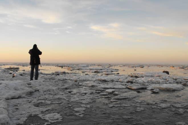 Ein winterlicher Strandspaziergang in Norden-Norddeich tut Geist und Körper gut. Foto: djd/TourismusMarketing Niedersachsen/Wirtschaftsbetriebe der Stadt Norden GmbH