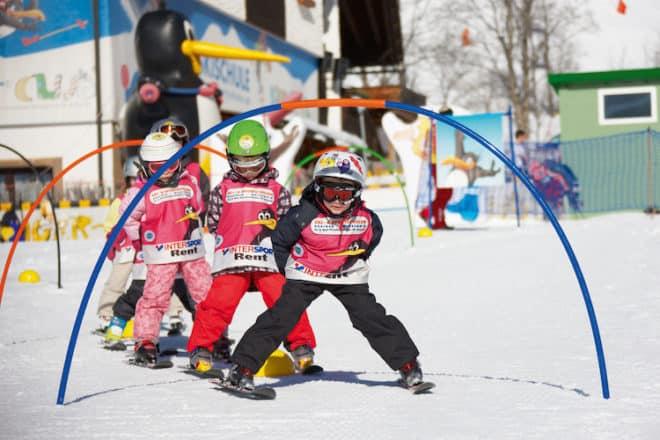 Früh übt sich, wer ein Skifahrer werden will! Im Feriendorf Kirchleitn lernen Kinder spielerisch den beliebten Wintersport. (Foto: epr/Kirchleitn Familien Feriendorf)