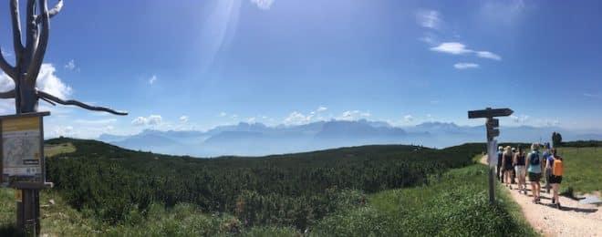 Traumhaftes Dolomiten-Panorama auf der Wanderstrecke auf dem Ritten.
