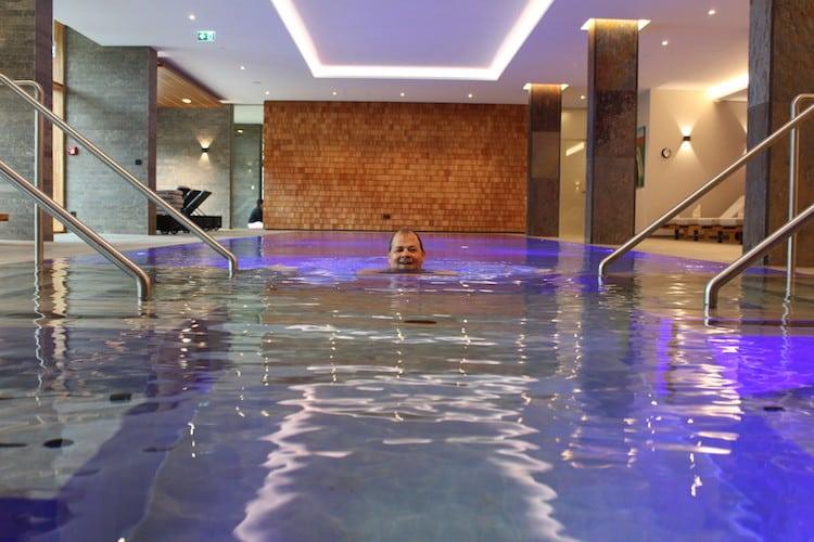 Entspanntes Schwimmen im Klosterhof Pool