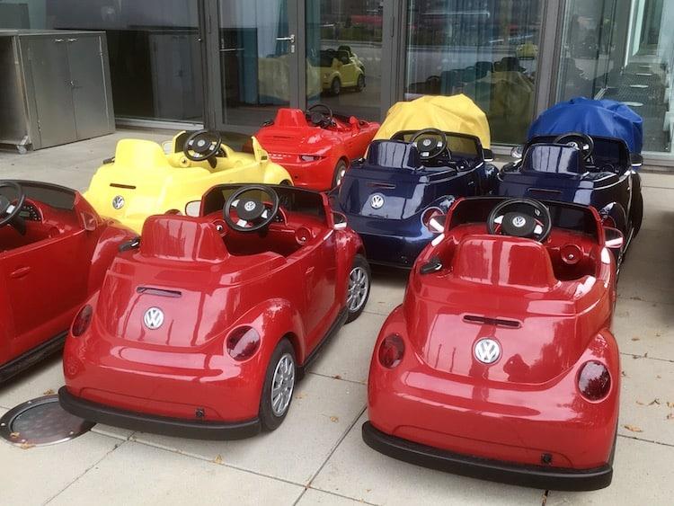 Mit diesen kleinen Flitzern von VW dürfen mal die Kinder auf die Strecke