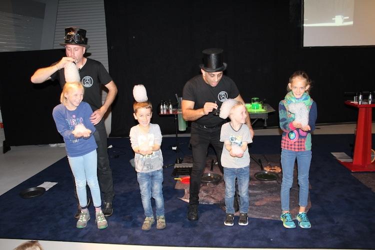 In der phaeno haben die Kinder Spaß bei der Show von Paris Bubbles